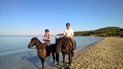 Annica Hansen Raúl Richter reiten Strand Menorca