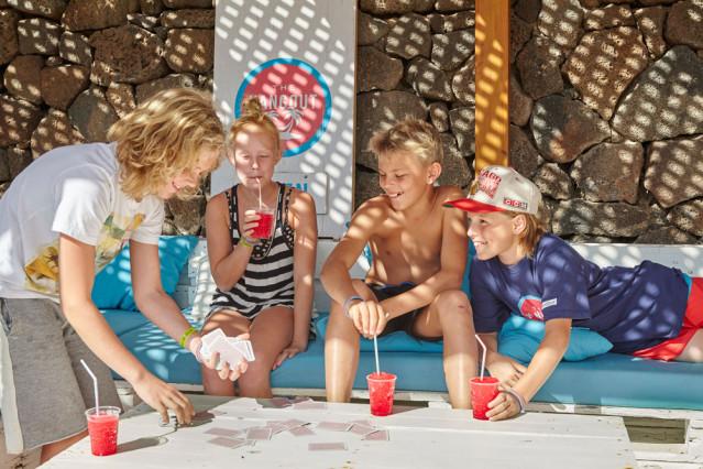 Jugendliche im Urlaub - Kartenspiel