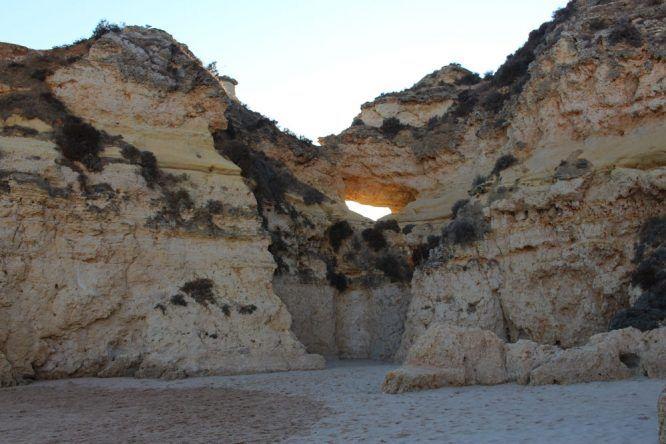 Die sagenhaften Felsen der Praia dos Três Irmãos