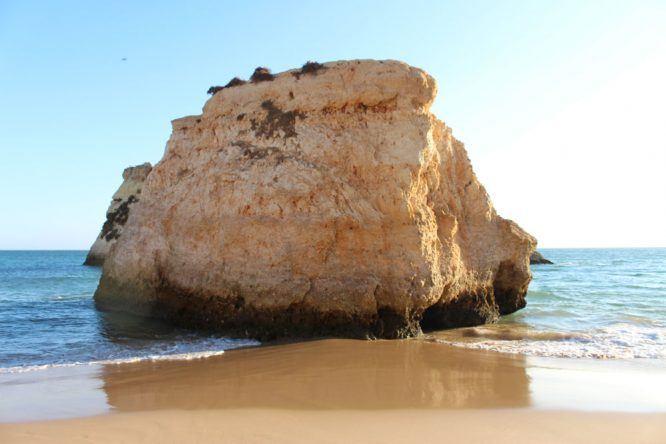 Ein Fels in der Brandung an der Praia dos Três Irmãos
