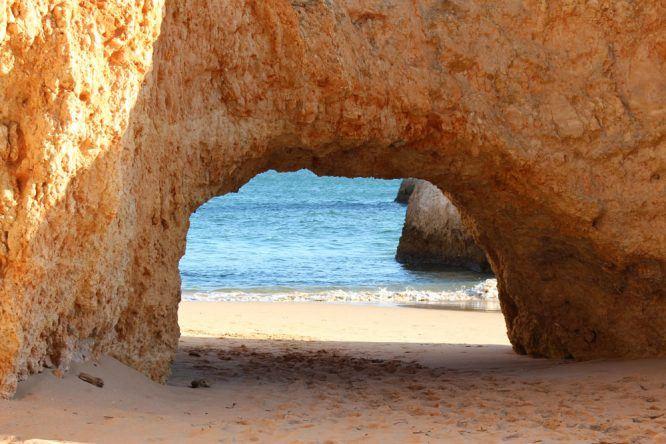 Ein Blick ins Blaue an der Praia dos Três Irmãos