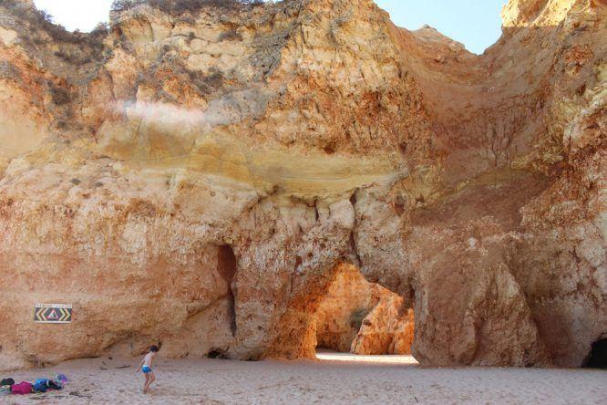 Von Braun bis Beige: Die Farbenpracht und die verschiedensten Felsformationen an der Praia dos Três Irmãos
