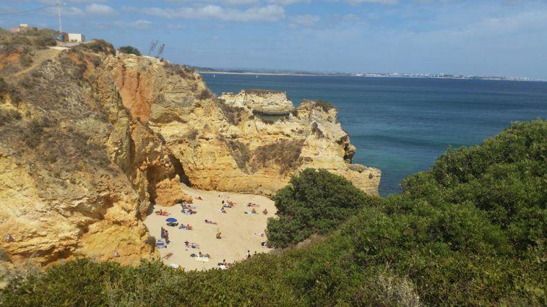 Die Praia do Pinhão in Lagos an der Algarve