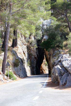 Mallorcas Straßen im Fels