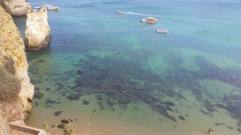 Kristallklares Meer an der Praia do Pinhão in Lagos