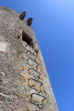 Auf diesen porösen Trittstufen geht es hinauf zum alten Wachturm am Cap Formentor in Mallorca