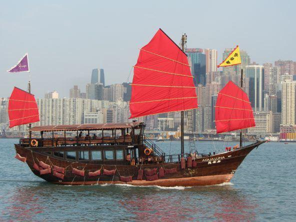 traditionelle Dschunken am Victoria Harbour