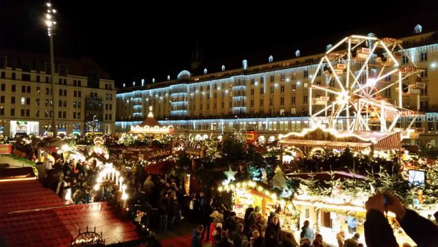Auf einer Empore kann der Dresdner Strizelmarkt von oben begutachtet werden