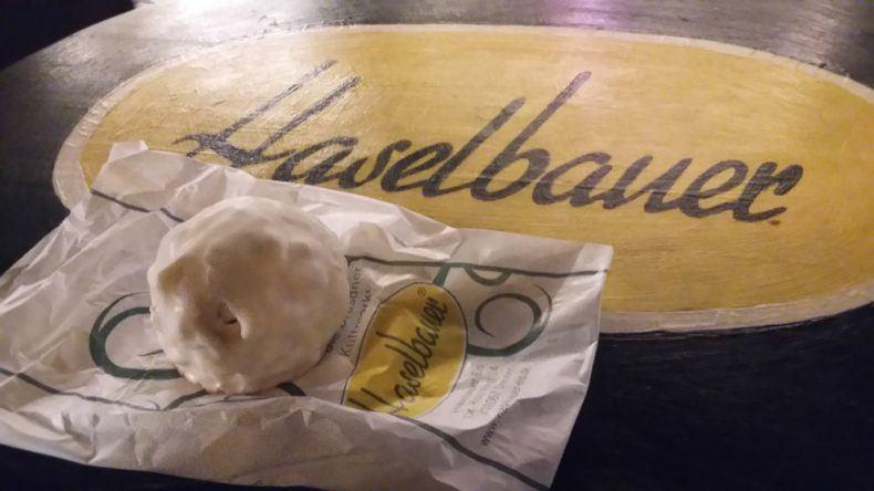 Sehr süß, sehr lecker: Ein mit Schaumwaffeln gefüllter Schneeball