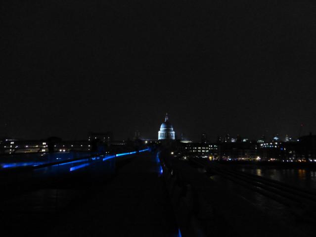 Die Millennium Bridge in London bei Nacht