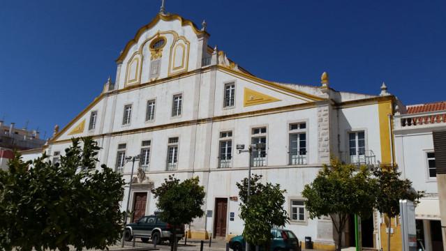 Am Platz der Republik in Portimão