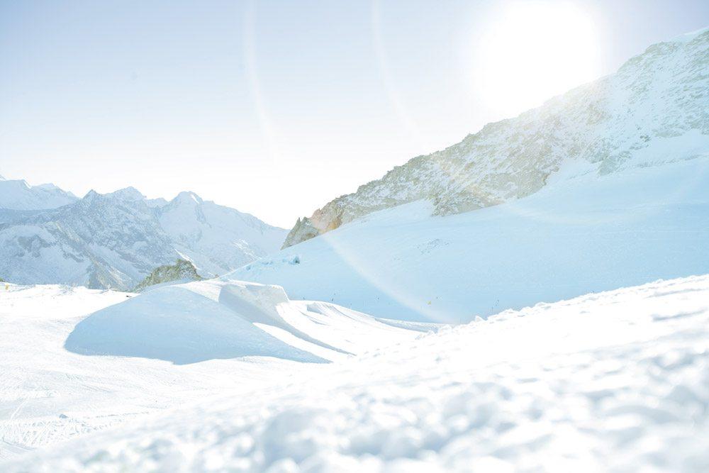 Schneelandschaft mit Bergen
