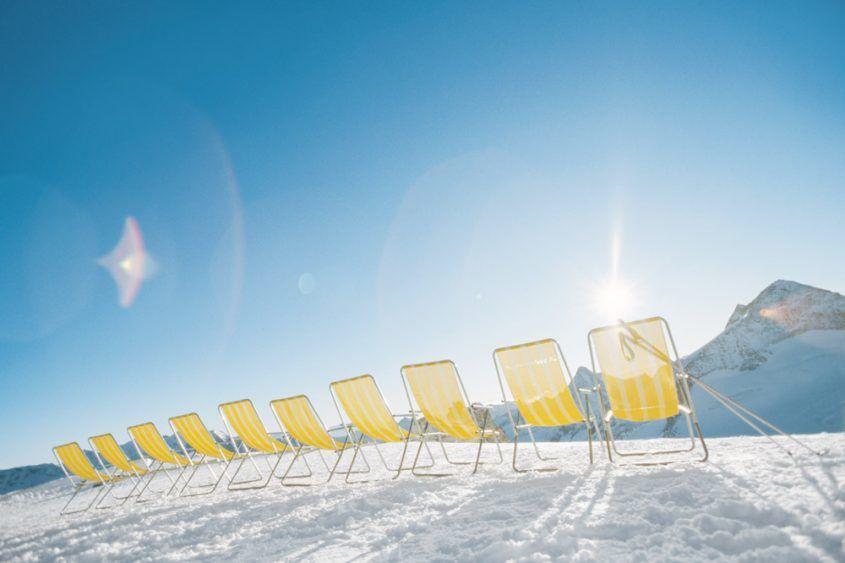 Sonnenliegen in der Wintersonne im Schnee