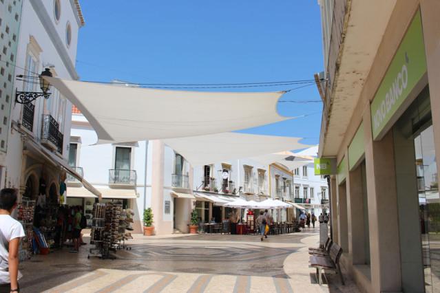 Sind hübsch und schützen vor der Sonne: Die Sonnensegel in der Altstadt von Faro