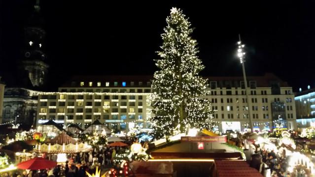 Hier passen viele Geschenke drunter: Der Weihnachtsbaum auf dem Dresdner Strizelmarkt