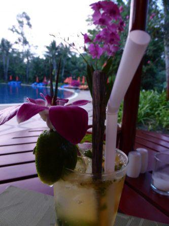 Cocktail am Pool des Santiburi Beach Resorts