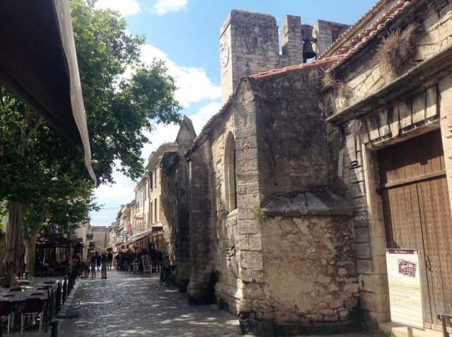 Auch der große Platz der Stadt ist von Mauern und Bäumen gesäumt