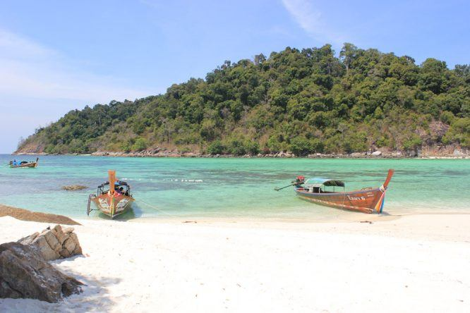 Tolles Panorama: Langboote am Strand von Koh Phi Phi