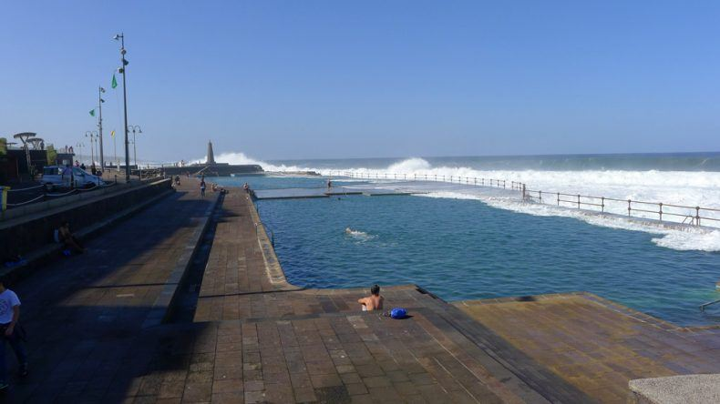 Die Schwimmbecken sind mit Meerwasser gefüllt