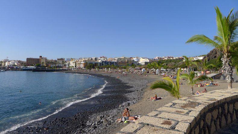 Steinstrand bei Playa San Juan. Auf der anderen Seite des Wellenbrechers ...