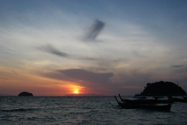 Sonnenuntergang auf Koh Lipe - Die Sonne verschwindet dabei hinter der malaysischen Insel Langkawi