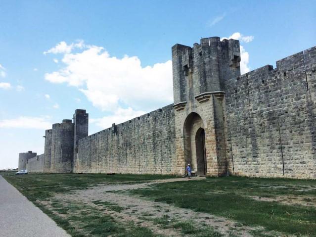 Dicke Mauern schützen die Stadt Aigues Mortes