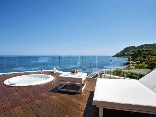 Die Chill-Out Terasse läd zu entspannten Stunden mit Blick aufs Meer ein