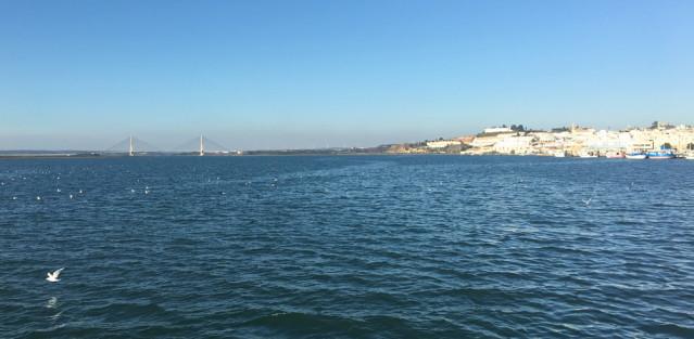 Kurz nach der Abfahrt in Portugal haben wir einen tollen Blick nach Ayamonte und die Autobahnbrücke auf dem Festland