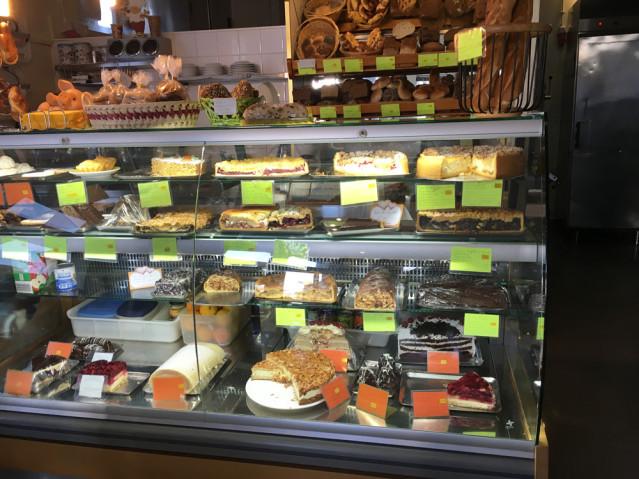 Hier fällt die Wahl ziemlich schwer - frischer Kuchen in der Auslage der deutschen Bäckerei in Lagos