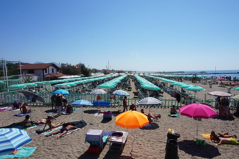 Viel los am Strand in Massa