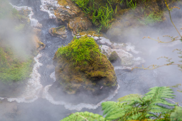 Heiße Quellen, die Thermen natürlich mit heißem Wasser versorgen