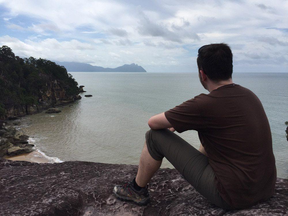 Vom Pandan Kecil Aussichtspunkt hat man einen grandiosen Ausblick auf Meer und Küste