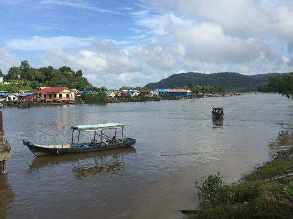 Vom kleinen Küstenort Bako fahren täglich Boote in den gleichnamigen Nationalpark