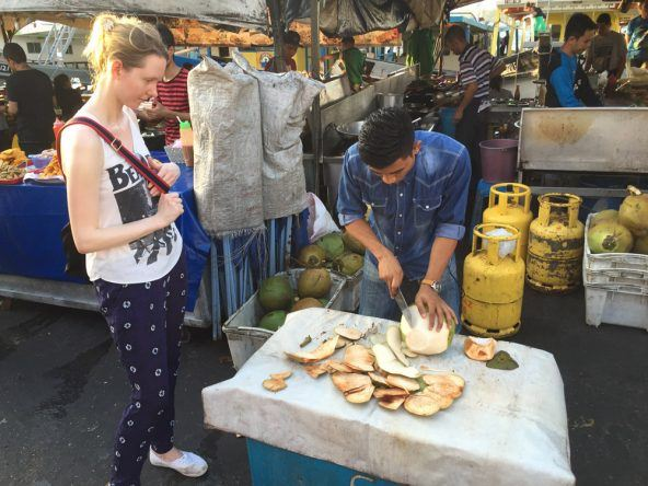 Auf dem Fischmarkt in KK kann man sich für wenig Geld eine frische Kokosnuss aufschneiden lassen