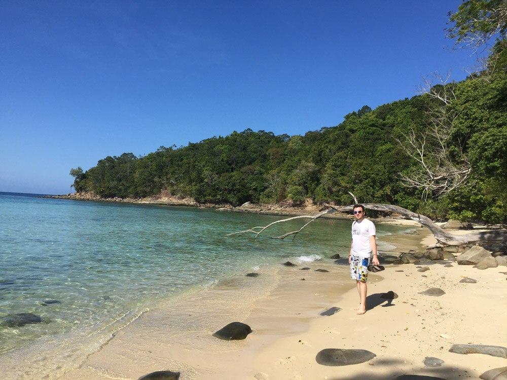 Geht man auf der Insel Sapi vom Bootsanleger nur 500 Meter links den Hauptstrand entlang, gelangt man an einem fast menschenleeren Strandabschnitt mit glasklarem Wasser