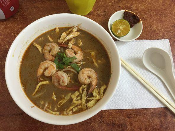 Laksa - die pikante Nudelsuppe mit Hühnchen und Scampis ist das Nationalgericht Malaysias