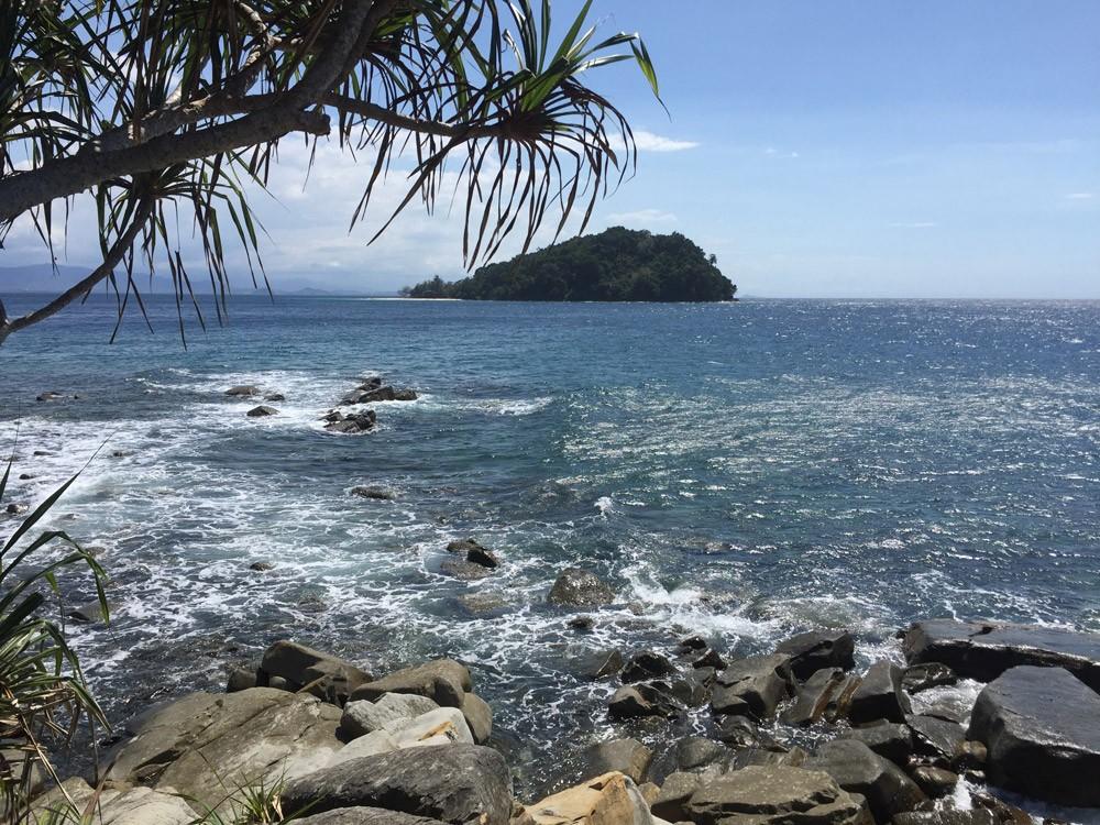 Wer auf der Nachbarinsel Manukan dem einstündigen Wanderweg auf die andere Seite der Insel folgt, kann die rauere Seite der paradiesischen Insel erleben
