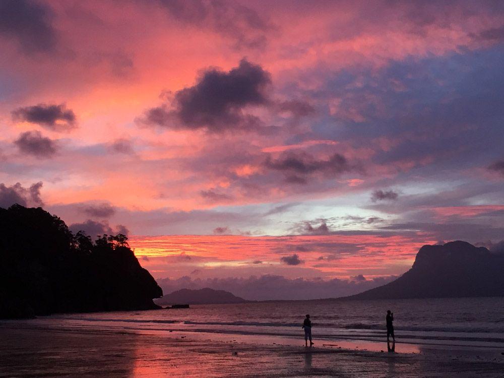 Spektakulärer Sonnenuntergang am Strand direkt vorm Nationalpark Hauptquartier