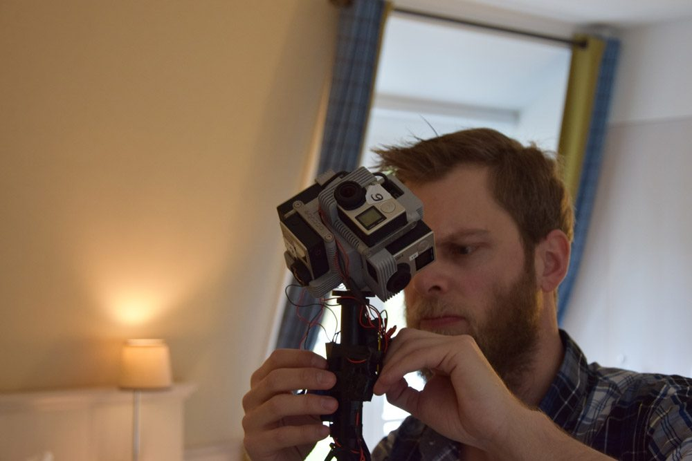 Basti nimmt letzte Reperaturen an der 360 Grad Kamera vor