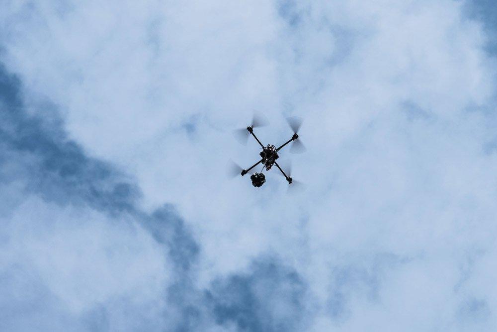 Für die Außenszenen auf dem Scharmützelsee wird die 360 Grad Kamera an der Drohne befestigt