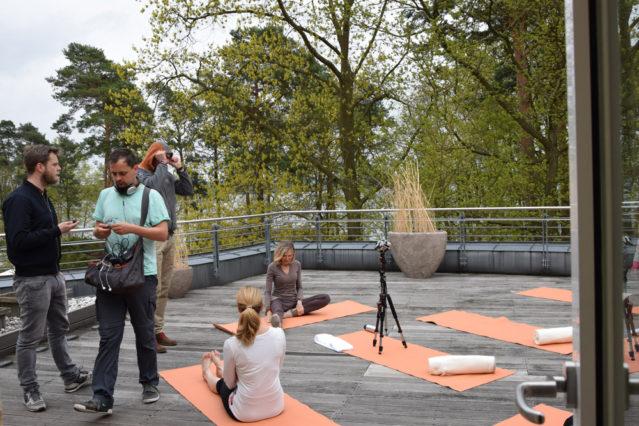 Auf der Sonnenterrasse werden die Yogaszenen gedreht
