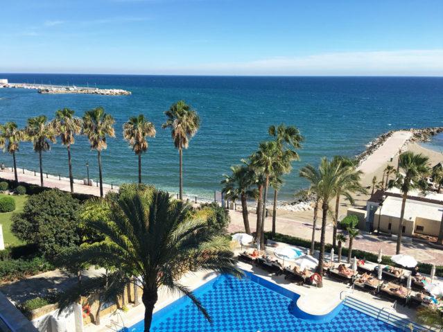 Traumhafter Blick auf Mittelmeer und Pool des Amare Beach Hotels in Marbella