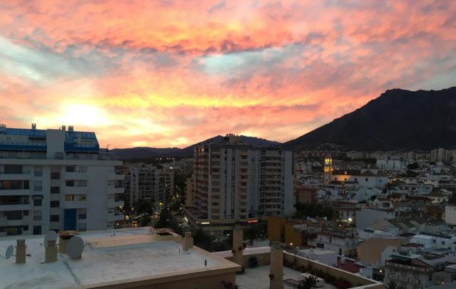 Eindrucksvoll und farbenprächtig: Der Sonnenuntergang über den Dächern Marbellas