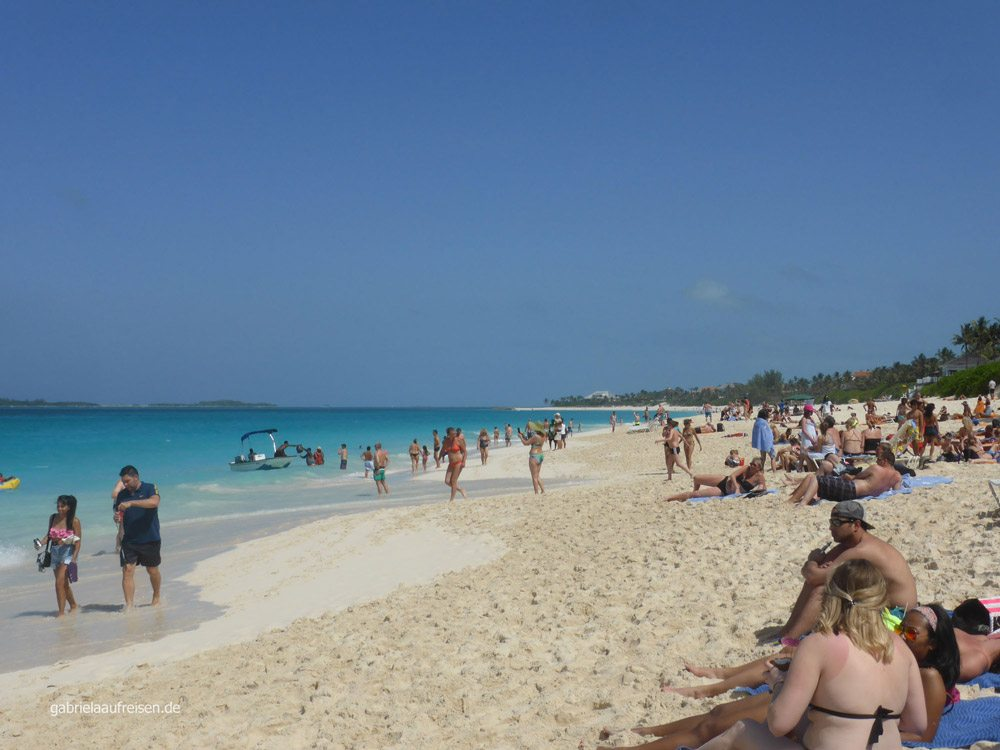 Strand auf Paradise Island mit Tagesausflüglern