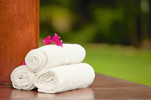 Handtücher wieder zu verwenden statt sie auf den Boden zu werden, kann schon der Umwelt helfen!