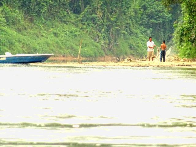 Ein Fischer am Fluss Sungai Tembeling