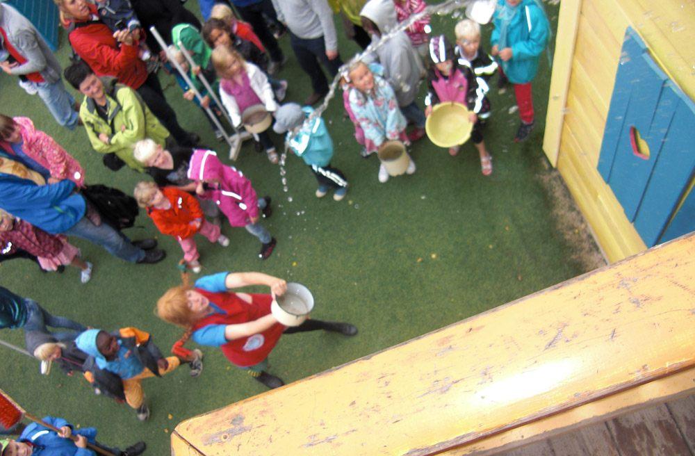 Pippi putzt mit den Kindern die Villa Kunterbunt