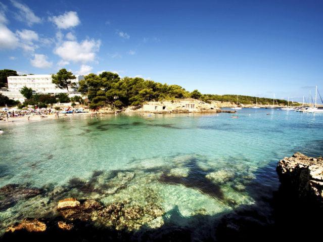 Ab ins Meer! Das Hotel liegt direkt in der Bucht in Portinatx