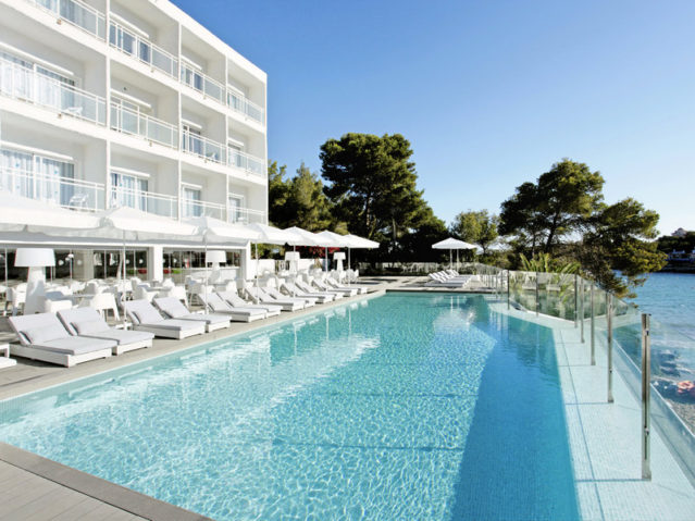 Die Poolanlage des SENSIMAR Ibiza Beach Resort