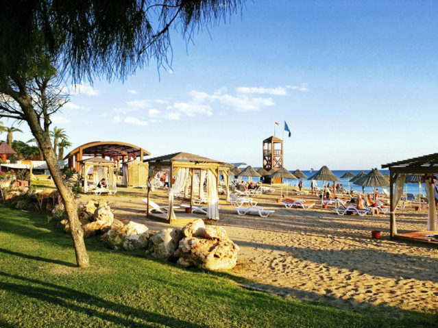 Der schöne, flach abfallende und hoteleigene Sandstrand